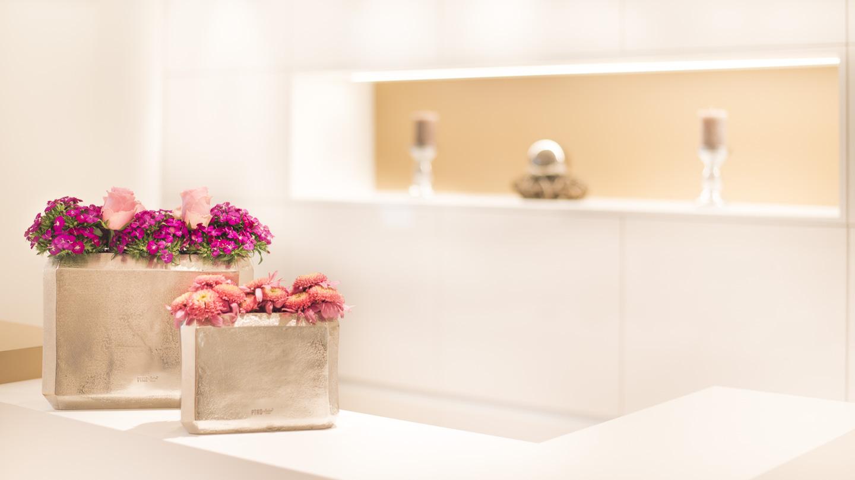Zahnarzt Dr. Ekkehard Schmidt - Rezeption mit Blumen