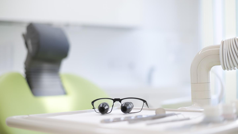 Zahnarzt Dr. Ekkehard Schmidt - Behandlung Zwei mit Brille