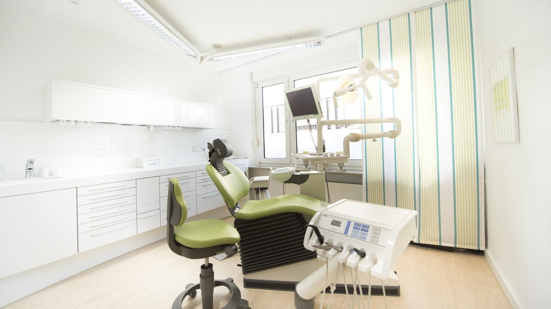 Zahnarzt Dr. Ekkehard Schmidt - Behandlung Zwei